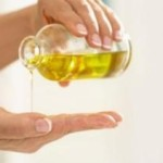 L'olio di oliva sulle mani